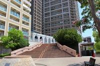 その他現地写真:豪華なマンションエントランス入り口の大階段です。非常に立派で開放感があります。