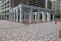 その他現地写真:マンションのエントランス前には大広間があり、お子様の遊べるスペースとなりますね。