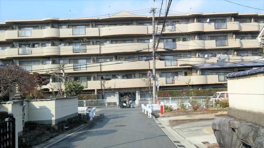 外観:南東向きの為、日の当たる時間が長く、冬場でも非常に暖かいマンションです
