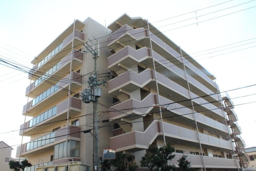 外観:徒歩圏内に買物施設が充実し利便性あるマンションですよ