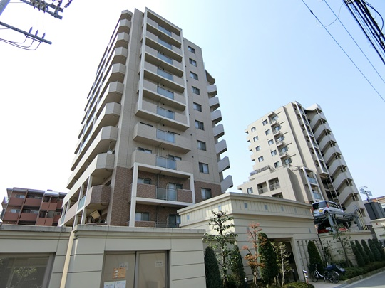 外観:陽当り・通風共に良好なマンションですし、駅も近くて周辺施設充実しておりますので、快適な新生活がスムーズに行えそうですね。